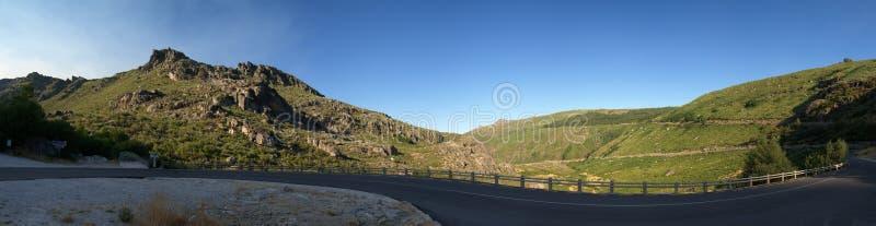 Route d'enroulement chez Serra da Estrela près de Manteigas, Portugal image libre de droits