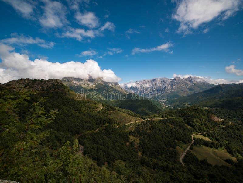 Route d'enroulement dans le Picos photographie stock