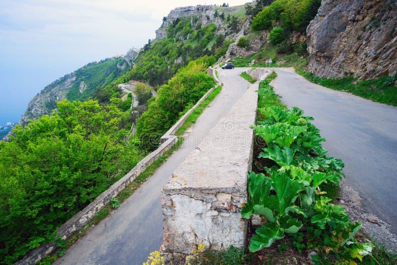 Route d'enroulement dans les montagnes photo stock