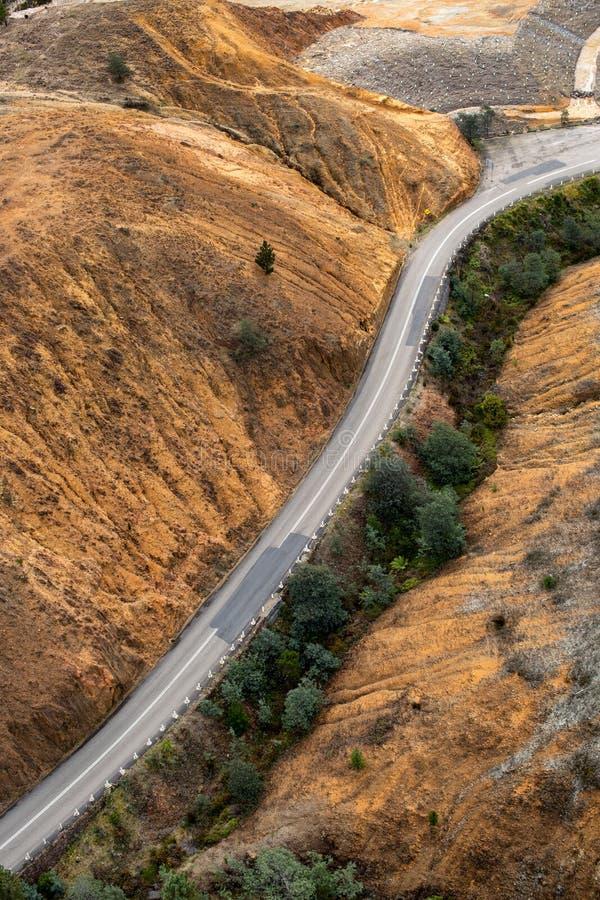 Route d'enroulement dans Queenstown Tasmanie image stock