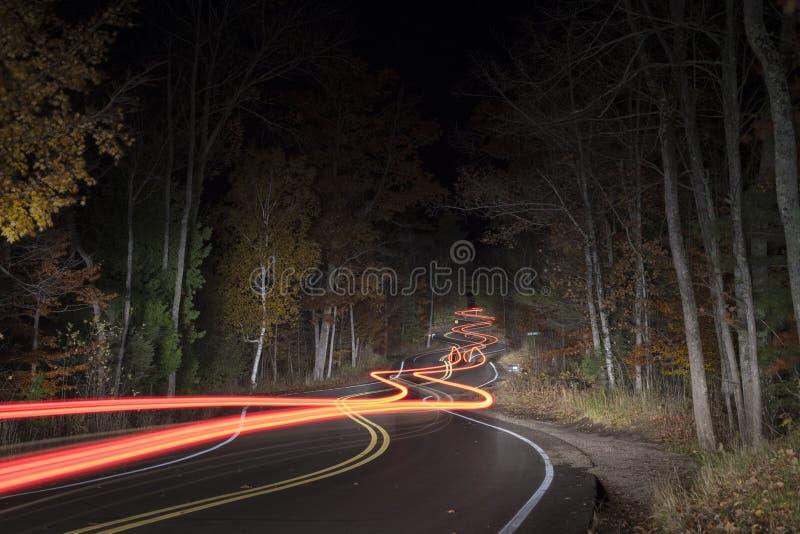 Route d'enroulement du comté de Door le Wisconsin la nuit photo stock