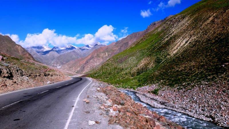 Route d'enroulement le long de falaise et de lac de montagne photos libres de droits