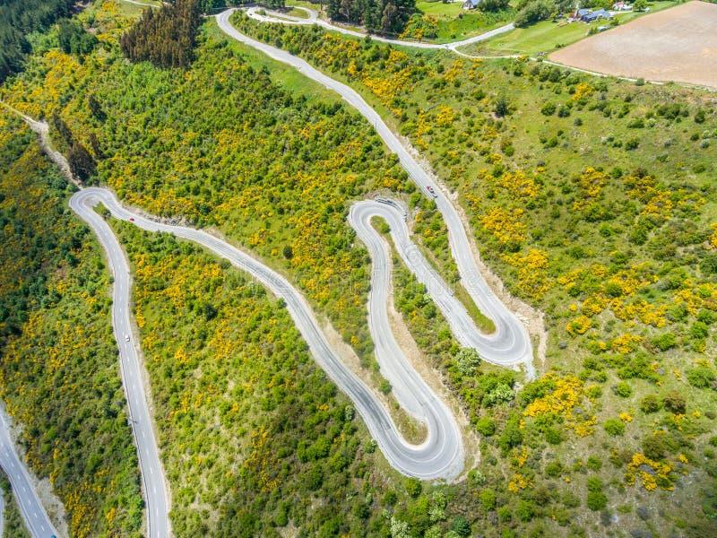 Route d'enroulement sur la montagne, Queenstown, Nouvelle-Zélande photos libres de droits