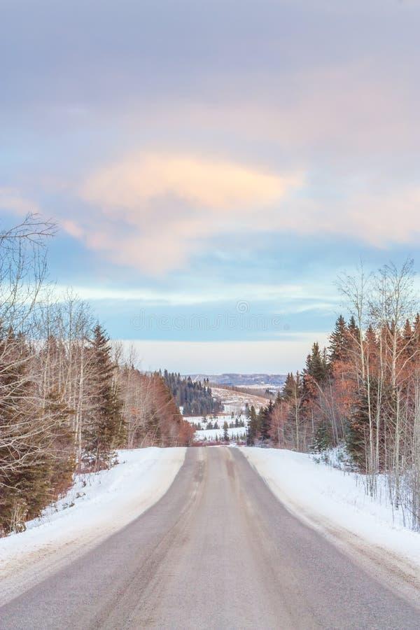 Route d'hiver dans les collines images stock