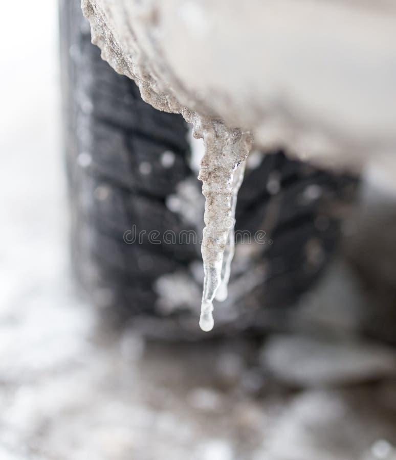 Route d'hiver de Milou avec des voies de pneu dans la neige et le pneu et les glaçons images libres de droits
