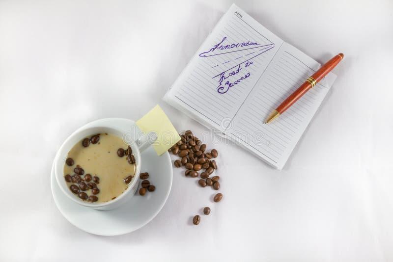 Route d'innovation à la note de succès, au stylo, à la tasse et aux grains de café images stock