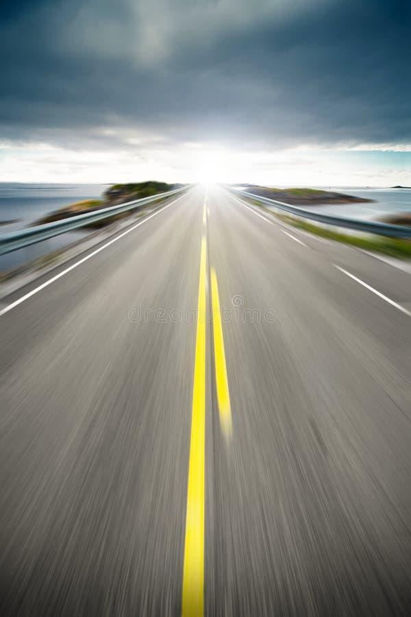 Route d'omnibus côtier dans le mouvement images stock