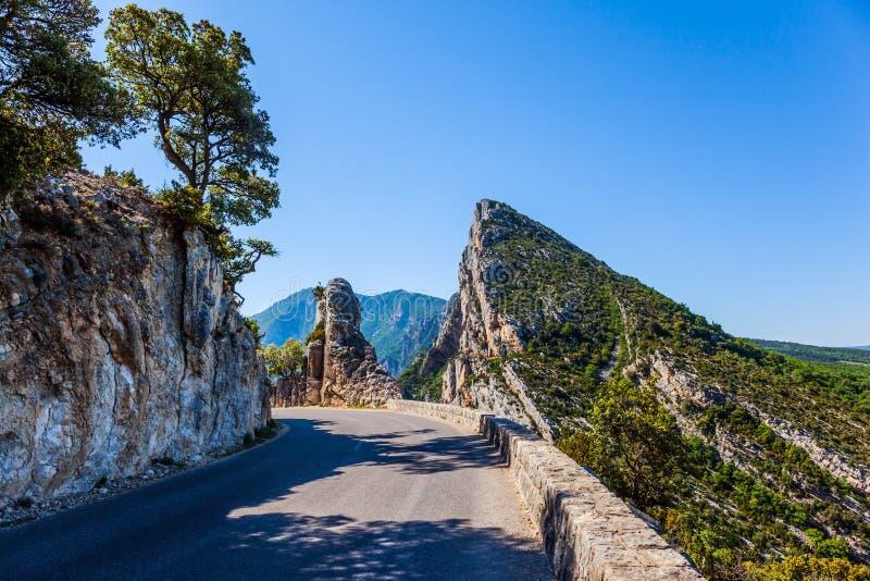 Route dangereuse de montagne dans les Alpes français photographie stock