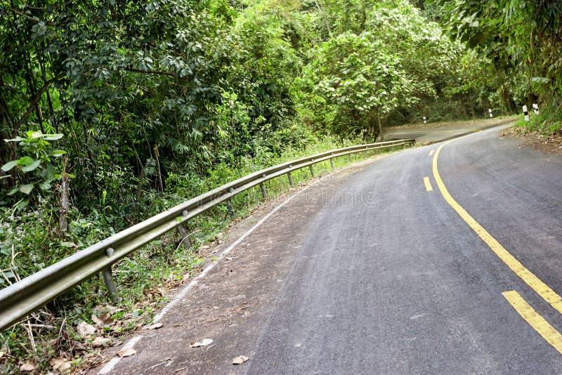 Route dans la forêt avec la garde de sécurité images stock