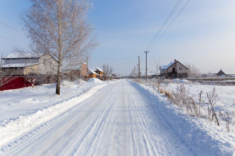 Route dans la neige dans le village images stock