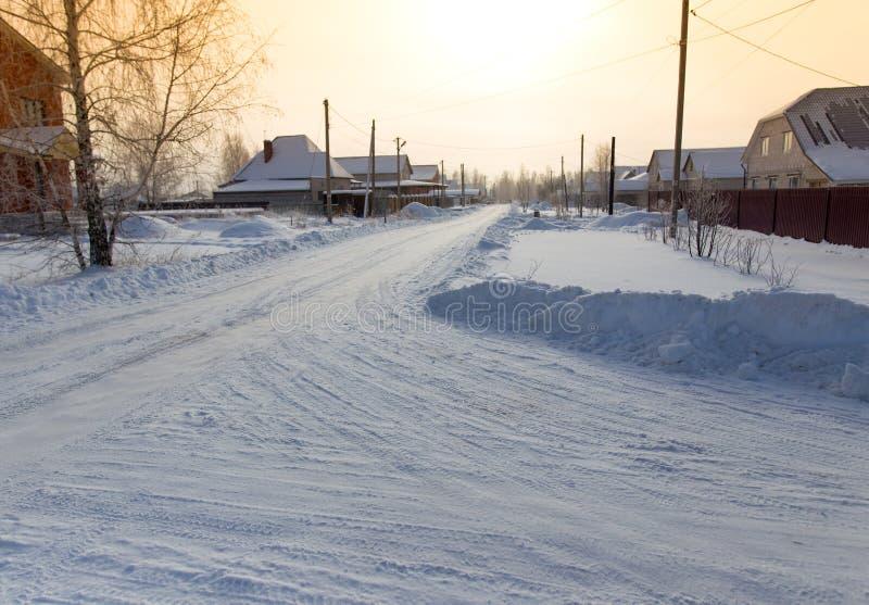 Route dans la neige dans le village photos stock