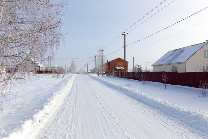 Route dans la neige dans le village images libres de droits