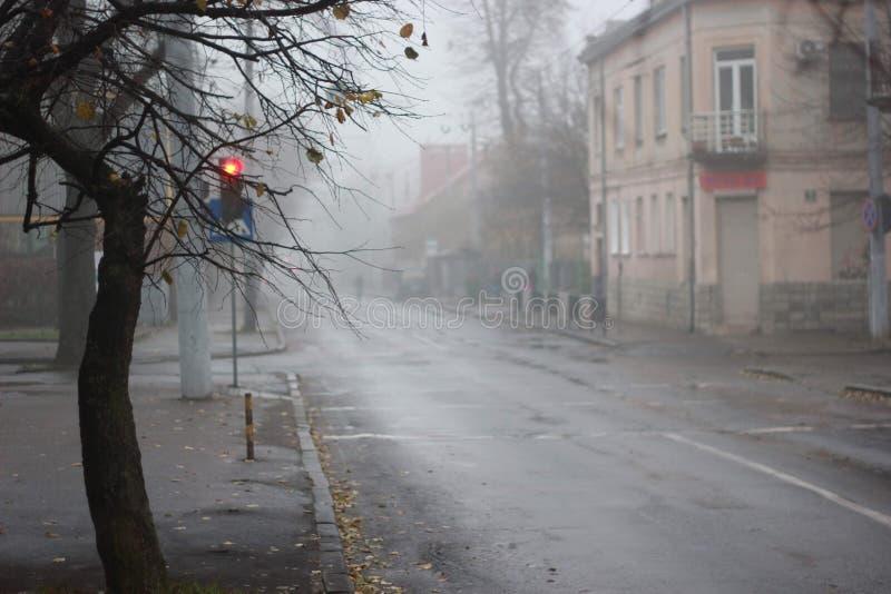 Route dans la ville dans le matin brumeux photo stock