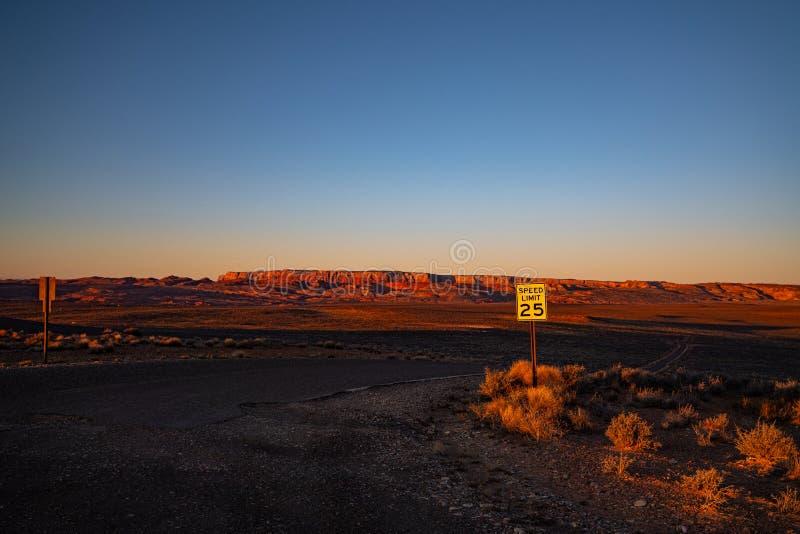 Route dans le désert à l'aube photos stock