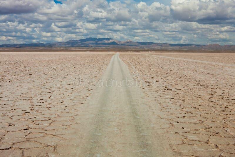 Route dans le désert, ciel nuageux photographie stock