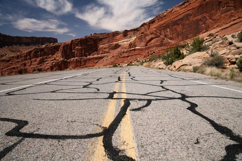 Route dans le désert, stationnement national de voûtes image libre de droits