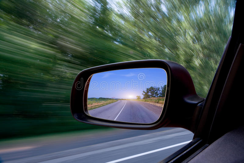 Route dans le miroir de côté-vue de véhicule photos libres de droits