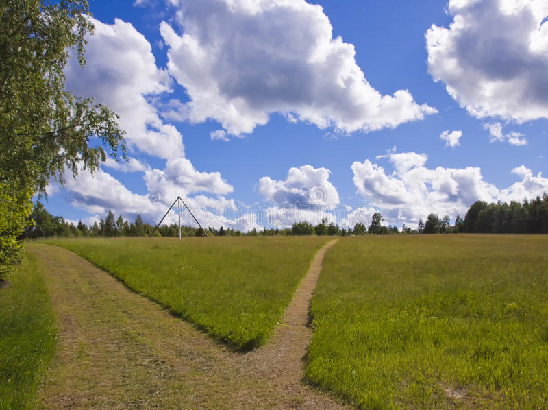 Route dans le pré d'été image stock