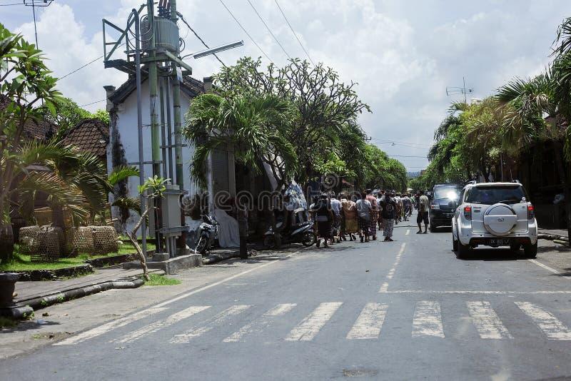 Route dans le village avec conduire des voitures et des personnes images stock
