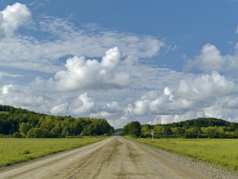 Route dans les étages sous le ciel nuageux images stock