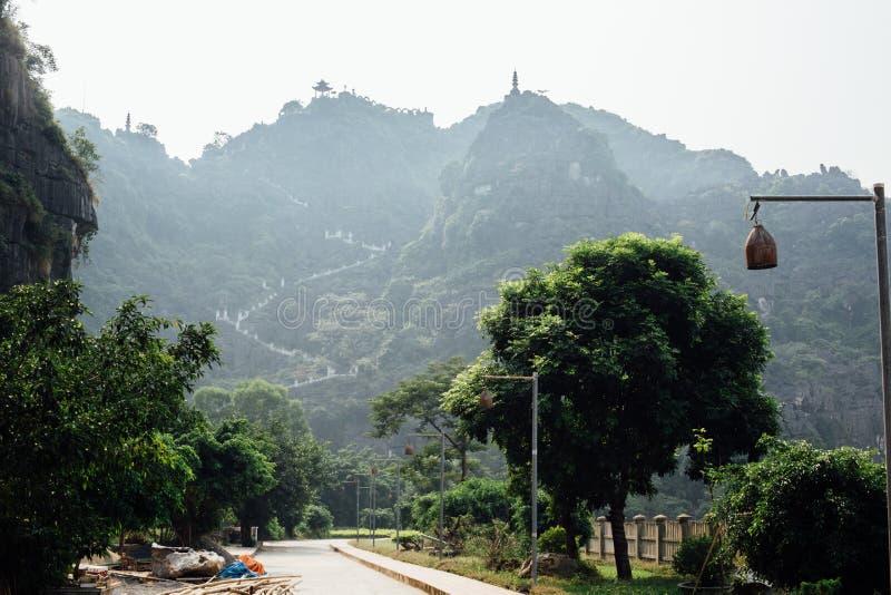 Route dans les montagnes, fond de jungle paysage, backgrou photographie stock libre de droits
