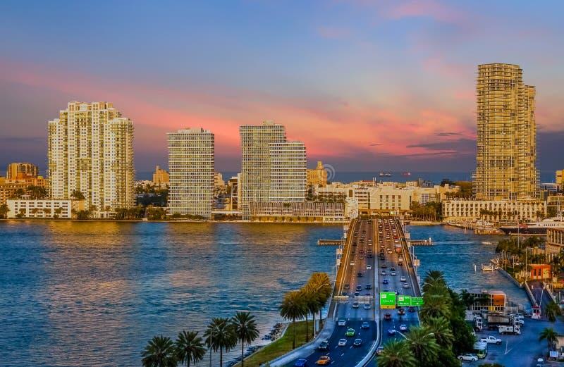 Route dans Miami au crépuscule image libre de droits