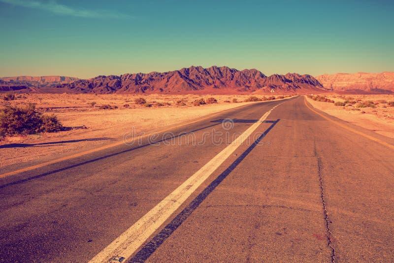 Route dans un désert parmi des montagnes photographie stock libre de droits