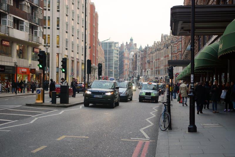 Route de Brompton dans Knightsbridge, Londres image stock