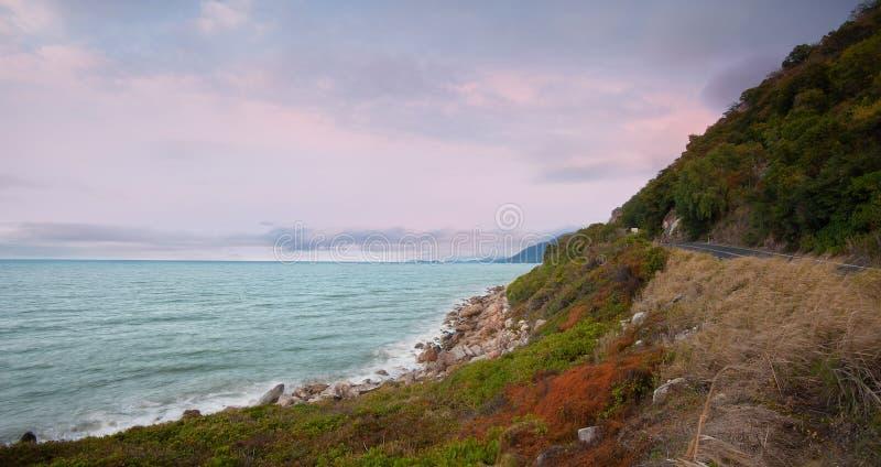 Route de côte - coucher du soleil de Port Douglas image stock