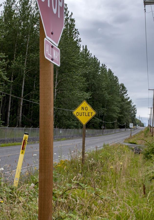 Route de campagne à deux voies vide images stock