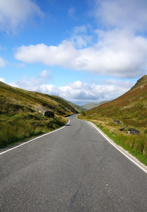 Route de campagne à voie unique étroite, Pays de Galles R-U. photographie stock