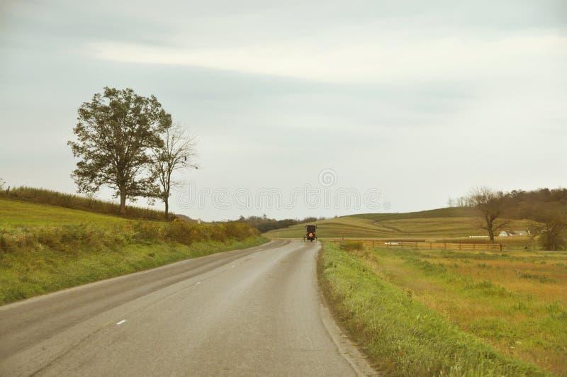 Route de campagne amish de chariot images stock