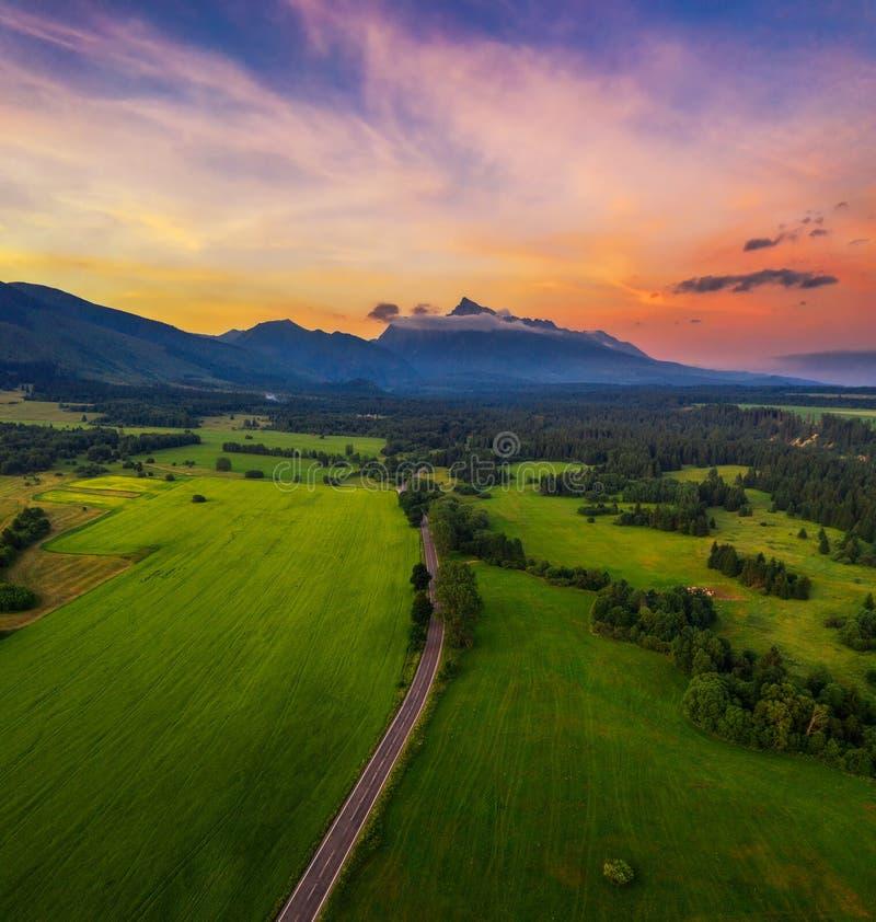 Route de campagne aux hautes montagnes de Tatra au coucher du soleil en Slovaquie photographie stock libre de droits