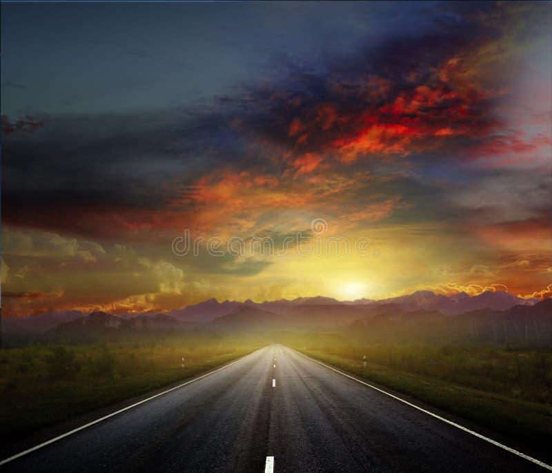 Route de campagne avec un ciel foncé image stock