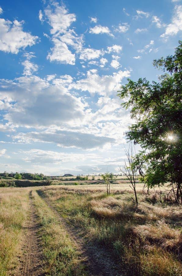 Route de campagne contre le ciel image libre de droits
