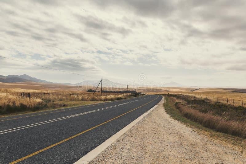 Route de campagne de Curvy en Afrique du Sud au printemps photos libres de droits