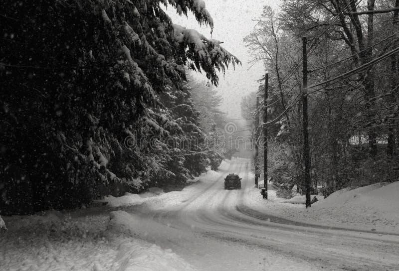 Route de campagne dans la tempête de neige photographie stock