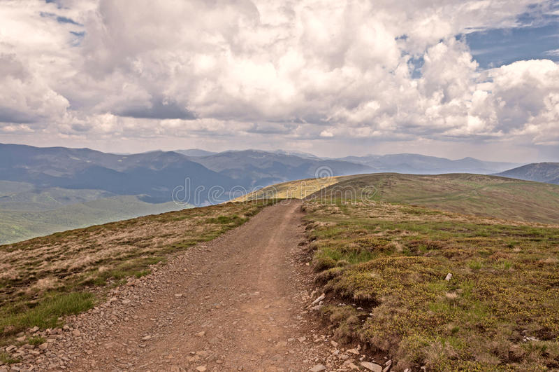 Route de campagne dans les montagnes images stock