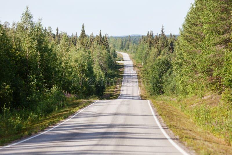 Route de campagne en Laponie, Finlande, un jour ensoleillé d'été photos stock