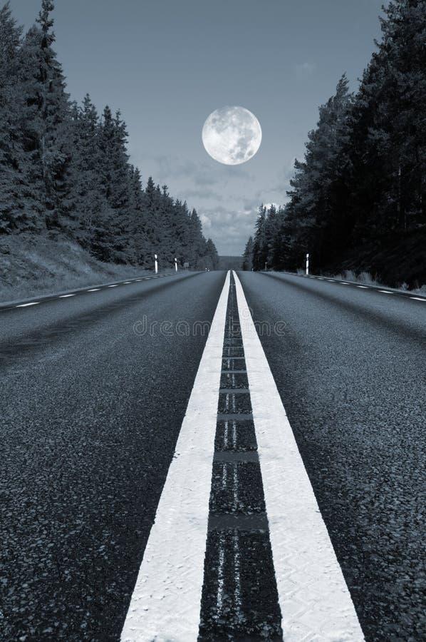 Route de campagne et pleine lune image libre de droits
