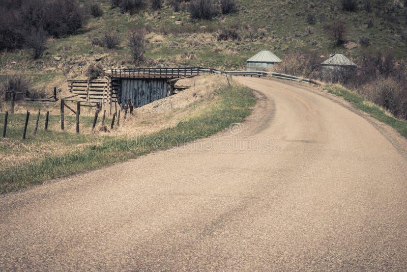 Route de campagne et vieux pont de mine photo libre de droits