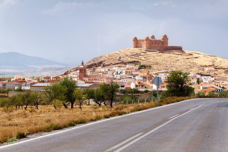 Route de campagne isolée avec de la La Calahorra de château sur la colline photographie stock