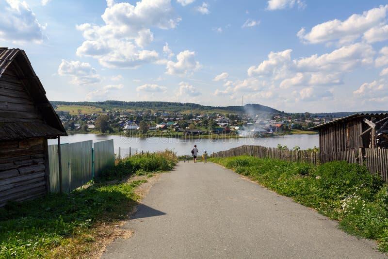 Route de campagne menant au lac Visim, région de Sverdlovsk, Russie image libre de droits