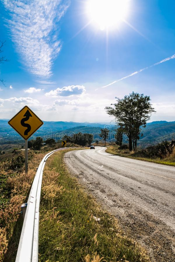 route de campagne sur la colline photographie stock