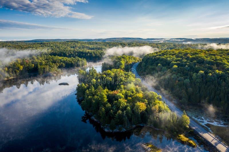 Route de campagne un matin brumeux d'une vue courbe photographie stock