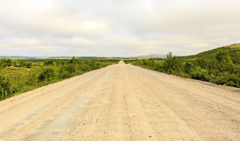Route de campagne vide passant par la toundra, Kola Peninsula, Russie image libre de droits