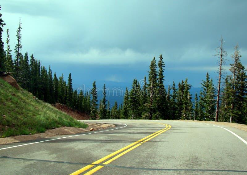 Route de courbe sur une traînée de montagne photographie stock libre de droits