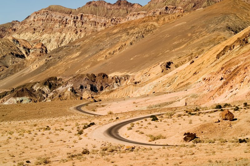 Route de désert d'enroulement photos stock