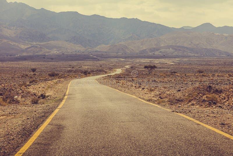 Route de désert menant au rhum d'oued, Jordanie image stock