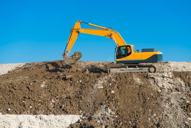 route de dalian de construction de porcelaine Niveaux de photo modifiés par excavatrice le monticule du sable photographie stock